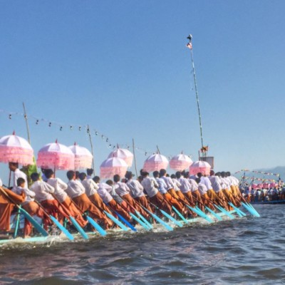 Intha leg rowers at the Phaung Daw Oo Pagoda Festival in Inle Lake, Myanmar