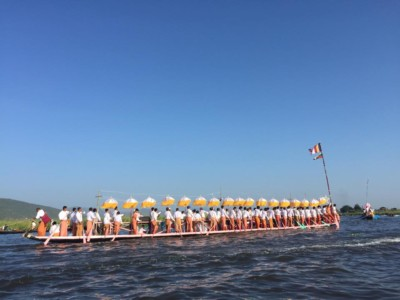 A boat of 100 Intha rowers at the Phaung Daw Oo Pagoda Festival procession on Inle Lake, October 2015